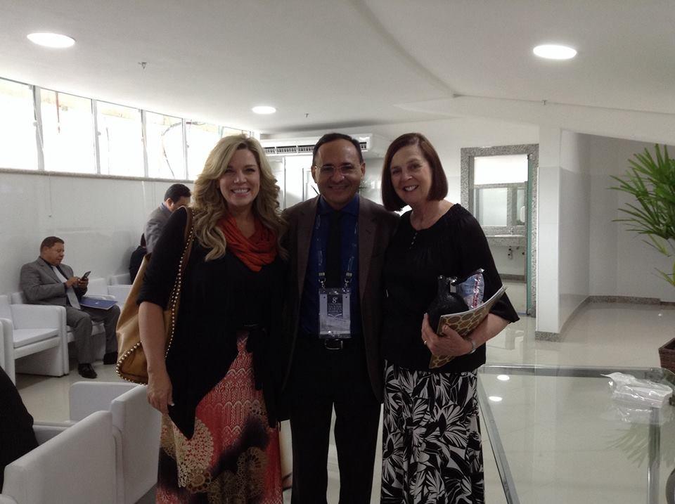 Pr José Gonçalves ladeado por Michelle Anthony e Marlene LeFever