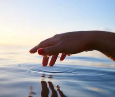 Incrível: águas revoltas se tornam como um espelho!
